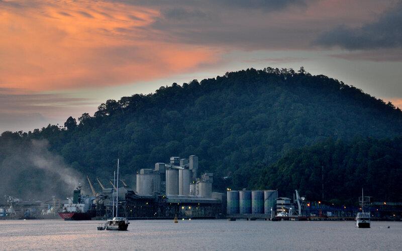 Suasana senja di Dermaga PT Semen Padang yang ada di Teluk Bayur, Padang, Sumatra Barat. - Bisnis/Noli Hendra