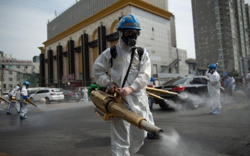 Ilustrasi - Anggota tim dari organisasi sipil untuk penyelamatan Beijing Blue Sky Rescue (BSR) melakukan disinfeksi di pasar grosir Yuegezhuang di Beijing, China, Selasa (16/6/2020)./Antara - Xinhua