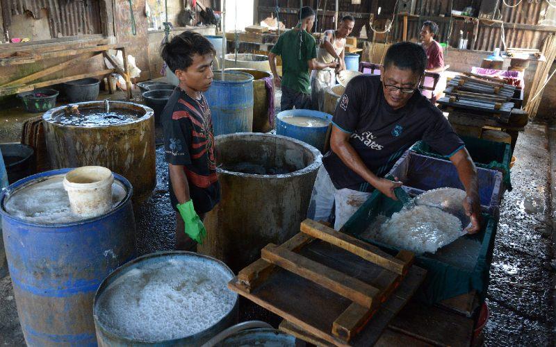 Perajin memproduksi tahu di salah satu pabrik tahu tradisional di Banda Aceh, Aceh, Kamis (1/10/2020).  - ANTARA FOTO