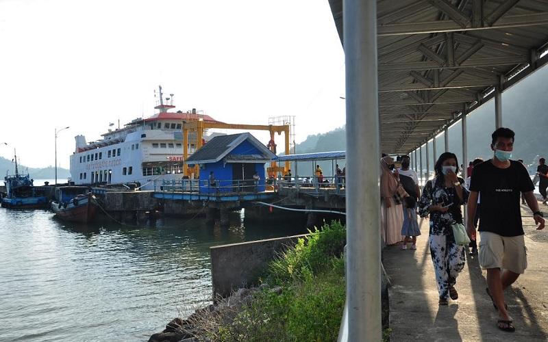 Aktivitas masyarakat di masa pandemi Covid-19 di Pelabuhan Teluk Bungus, Kota Padang, Sumatra Barat. - Bisnis/Noli Hendra