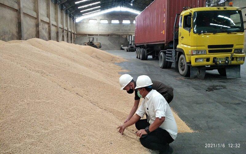 Stok Kedelai impor di gudang salah satu perusahaan impor kedelai di Kecamatan Medan Marelan, Kota Medan, Rabu (6/1/2020). - KPPU