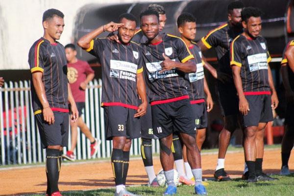 Sejumlah pemain Persipura Jayapura tengah rileks di sela-sela sesi latihan di Stadion Mandala di Jayapura. - Antara