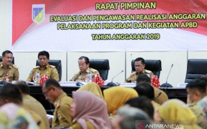 Gubernur Sulawesi Tengah Longki Djanggola (ke dua dari kanan) didampingi Wakil Gubernur Rusli Dg Palabbi (kanan) saat memimpin rapat evaluasi dan pengawasan realisasi APBD 2019 di Palu, Selasa (28/1/2020). ANTARA - Humas Setprov