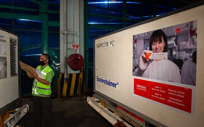 Petugas mengecek kontainer berisi vaksin Covid-19 saat tiba di Bandara Soekarno-Hatta, Tangerang, Banten, Minggu (6/12/2020). Sebanyak 1,2 juta dosis vaksin Covid-19 buatan perusahaan farmasi Sinovac, China, tiba di tanah air untuk selanjutnya akan diproses lebih lanjut ke Bio Farma selaku BUMN produsen vaksin. ANTARA FOTO - Dhemas Reviyanto