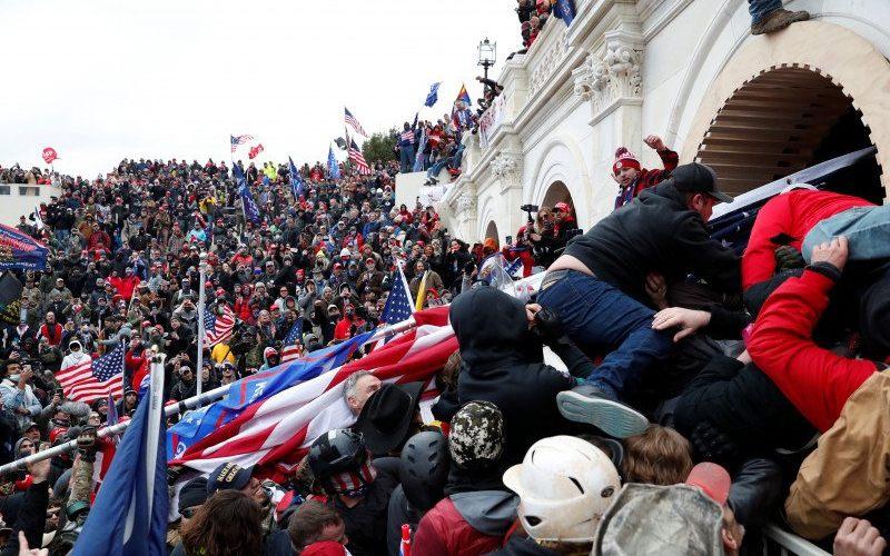Para pendukung Presiden Donald Trump menyerbu Gedung Kongres AS, Capitol, di Washington, Amerika Serikat, Rabu (6/1/2020), dan bentrok dengan polisi selama demonstrasi untuk menentang pengesahan hasil Pemilihan Presiden AS 2020 oleh Kongres/Antara/Reuters-Shannon Stapleton - tm