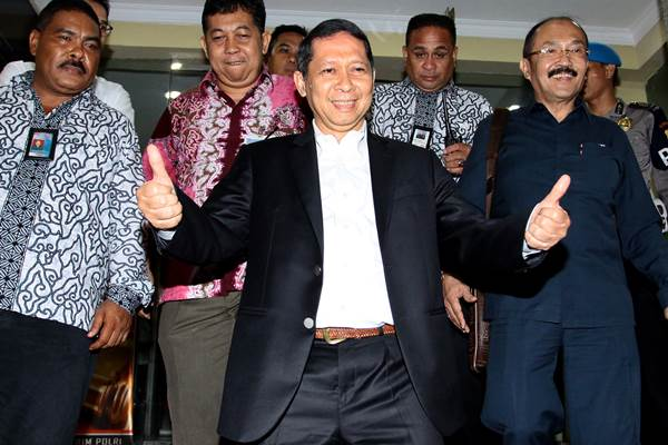 Direktur Utama PT Pelindo II Richard Joost Lino mengacungkan ibu jari usai menjalani pemeriksaan di Bareskirm Mabes Polri, Jakarta, Senin (9/11). - Antara