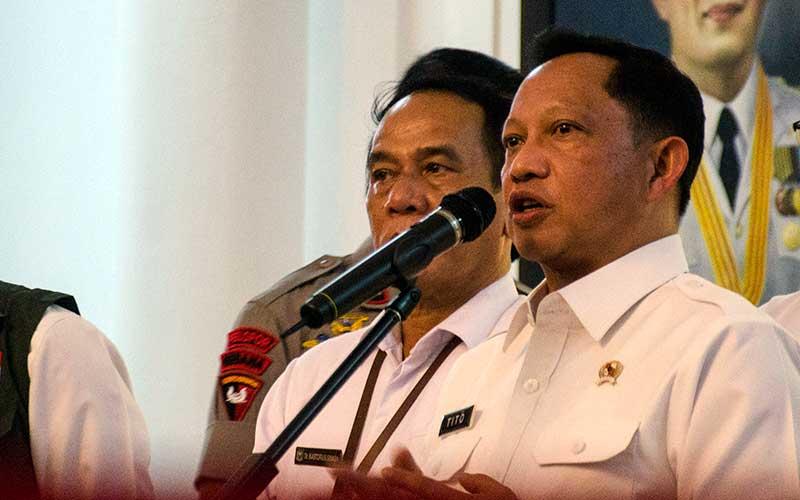 Menteri Dalam Negeri Tito Karnavian memberikan keterangan pers usai melakukan koordinasi, di Gedung Sate, Bandung, Jawa Barat, Rabu (18/3/2020). ANTARA FOTO - Novrian Arbi