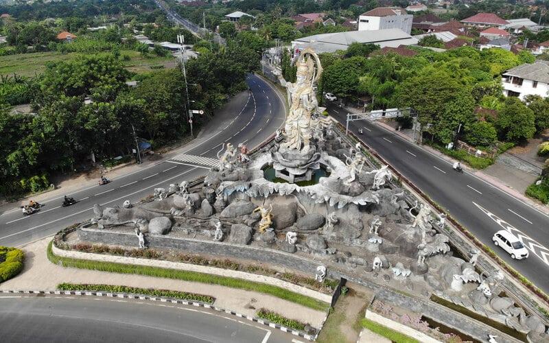 Sejumlah pengendara melintas di kawasan taman Titi Banda, Denpasar, Bali, saat pembatasan kegiatan masyarakat. - Antara/Nyoman Budhiana\n