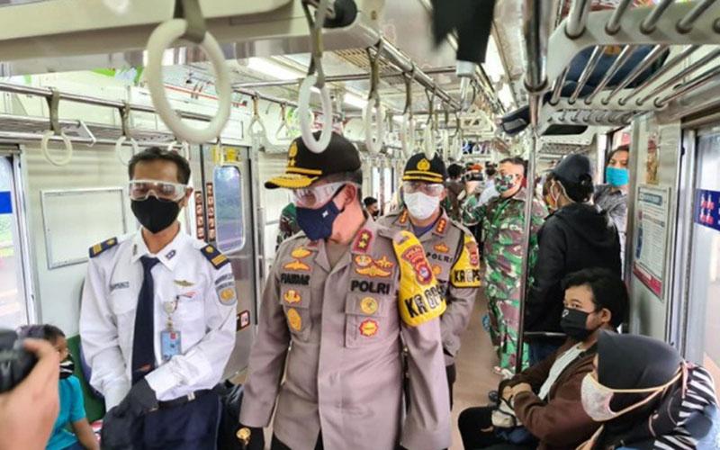 Kapolda Banten Irjen Pol Fiandar (depan) meninjau Stasiun Daru di Tigaraksa dalam rangka pelaksanaan Pembatasan Sosial Berskala Besar (PSBB) dan kesiapan pemberlakuan kenormalan baru di Kabupaten Tangerang pada Jumat (29/5/2020)./Antara - Mulyana