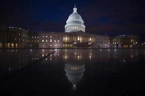 Suasana malam hari di Gedung Capitol, AS - Bloomberg