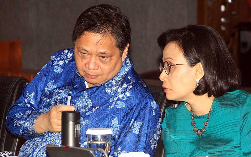 Menteri Keuangan Sri Mulyani Indrawati (kanan) berdiskusi dengan Menteri Koordinator Bidang Perekonomian Airlangga Hartarto usai memberikan keterangan pers mengenai penanganan dampak Covid-19 di Jakarta, Jumat (13/3/2020). Bisnis - Triawanda Tirta Aditya
