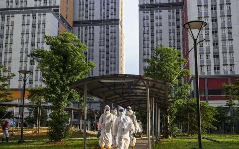 Sejumlah tenaga kesehatan bersiap untuk didekontaminasi usai bertugas di Rumah Sakit Darurat Covid-19 Wisma Atlet Kemayoran di Jakarta, Kamis (12/11/2020). - Antara