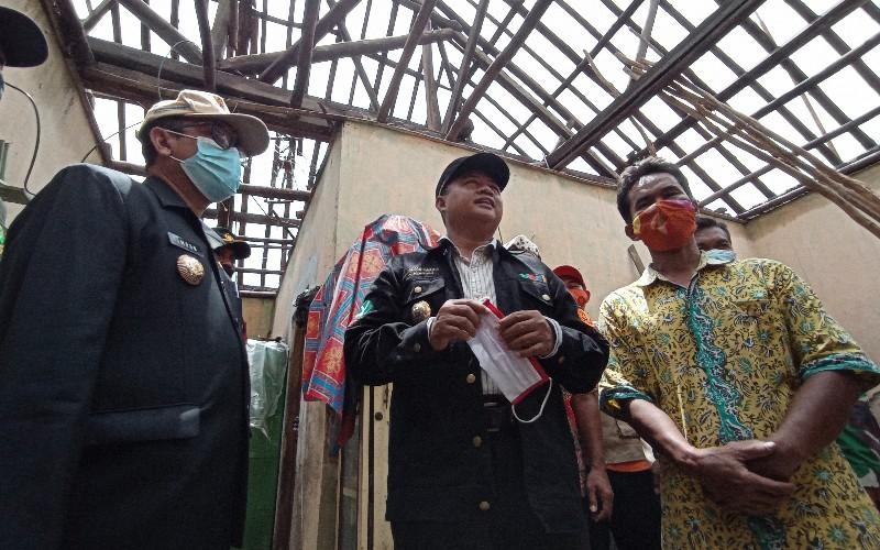 Wakil Gubernur Jawa Barat Uu Rhuzanul Ulum (tengah)