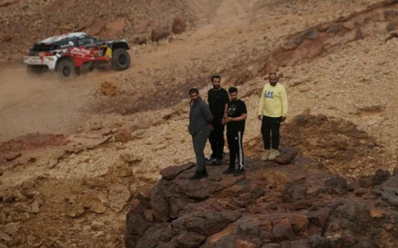 Warga Arab Saudi menyaksikan Reli Dakar etape kelima pada Kamis (7/1/2021)./Antara - Reuters