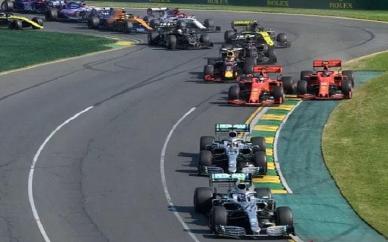 Pembalap Mercedes Valtteri Bottas memimpin balapan melewati lintasan dengan dua tikungan saat balap mobil Formula One F1 Australian Grand Prix di Sirkuit Albert Park, Melbourne, Australia, Minggu (17/3/2019)./Antara - AAP
