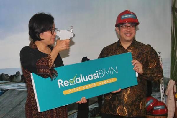 Menteri Keuangan Sri Mulyani Indrawati dan Dirjen Kekayaan Negara Kementerian Keuangan Isa Rachmatarwata, mencoba alat pengukur lahan sebelum pencanangan penilaian kembali Barang Milik Negara (BMN) di Jakarta, Selasa (29/8). - JIBI/Endang Muchtar