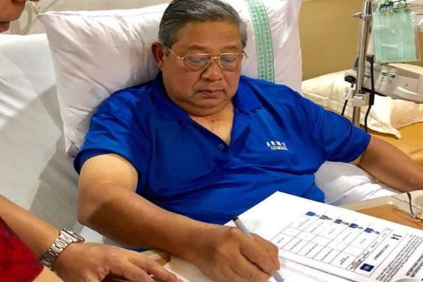 Presiden RI ke-6 dan Ketua Umum Partai Demokrat  Susilo Bambang Yudhoyono (SBY) dirawat di RSPAD  17 Juli karena kelelahan sekembalinya dari Pacitan dan Yogyakarta. - Instagram@aniyudhoyono
