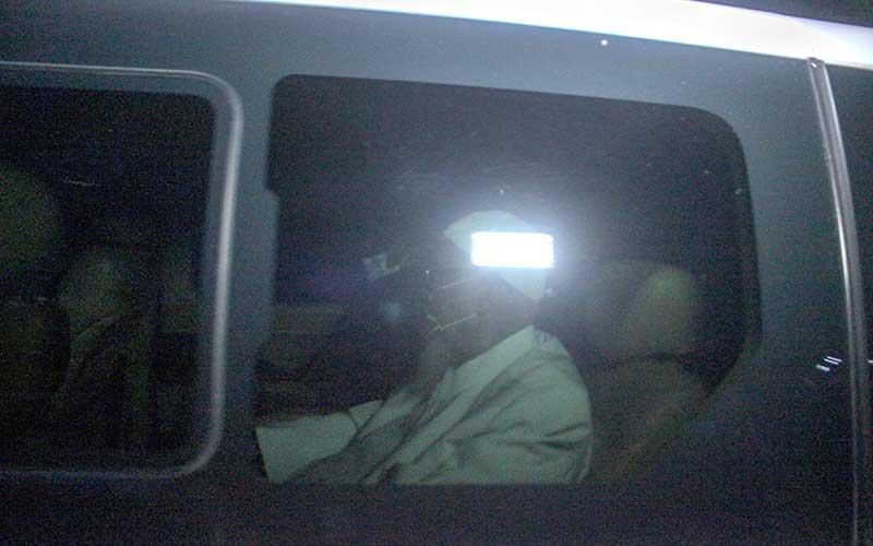 Mantan terpidana kasus terorisme Abu Bakar Ba'asyir keluar dari Lapas Khusus Kelas IIA Gunung Sindur menggunakan mobil di Gunung Sindur, Kabupaten Bogor, Jawa Barat, Jumat (8/1/2021). Abu Bakar bin Abud Ba'asyir alias Abu Bakar Ba'asyir  bebas dari penjara pada hari ini, dia telah menuntaskan 15 tahun masa pidananya atas tindak pidana terorisme. ANTARA FOTO - Yulius Satria Wijaya