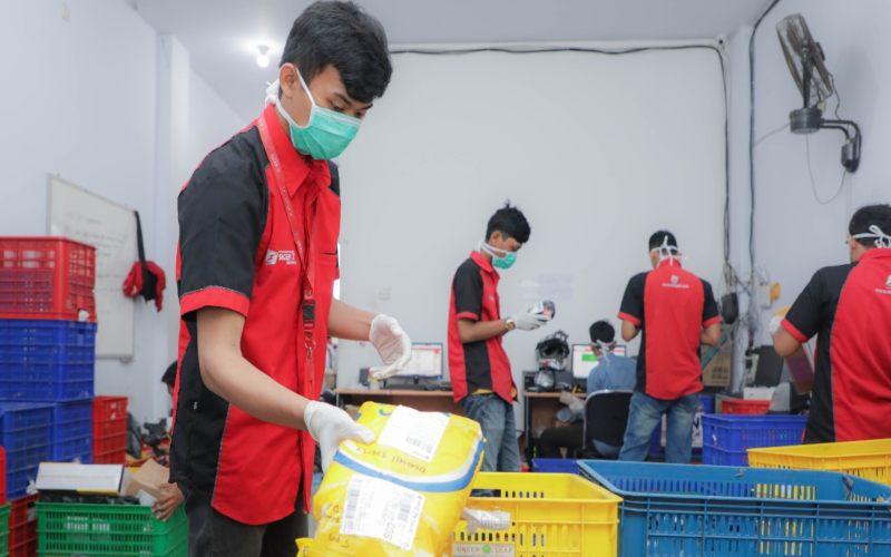 SiCepat menyemprotkan desinfektan pada setiap paket yang diterima untuk mencegah penyebaran virus corona. - istimewa