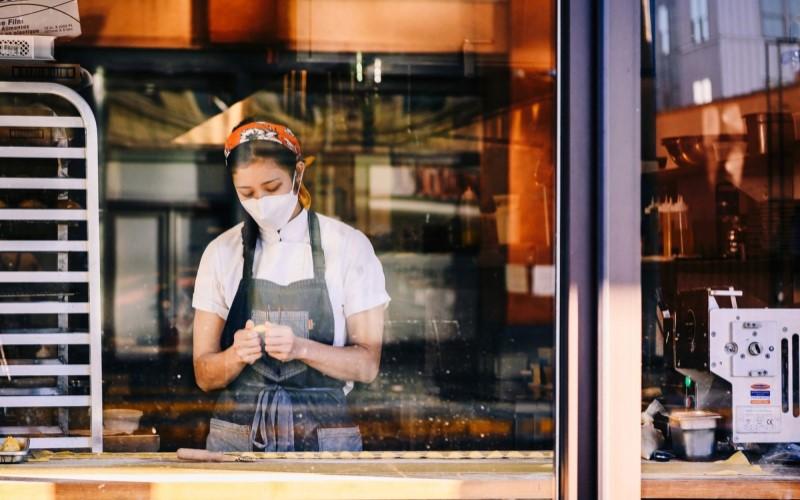 Seorang pekerja di salah satu kedai kopi di Amerika Serikat. - Bloomberg