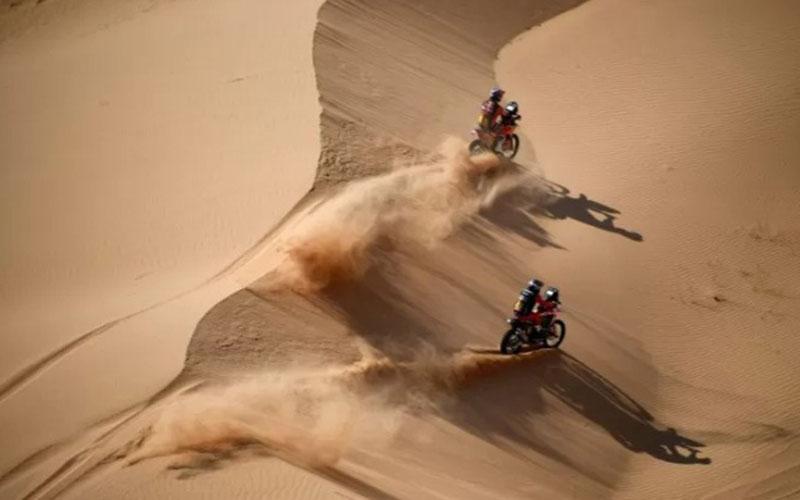 Pebalap Australia Toby Price dan pebalap Argentina Kevin Benavides beraksi di Reli Dakar./Antara - AFP