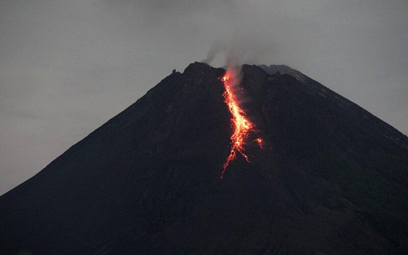 Gunung Merapi mengeluarkan lava pijar yang terlihat dari Tunggularum, Wonokerto, Turi, Sleman, D.I Yogyakarta, Rabu (7/1/2021). Balai Penyelidikan dan Pengembangan Teknologi Kebencanaan Geologi (BPPTKG) D.I Yogyakarta mencatat pada periode pengamatan Kamis (7/1) pukul 18:00-24:00 WIB Gunung Merapi mengalami guguran lava pijar sebanyak 10 kali dengan jarak luncur maksimum 800 meter ke arah Kali Krasak. - Antara/Andreas Fitri Atmoko.