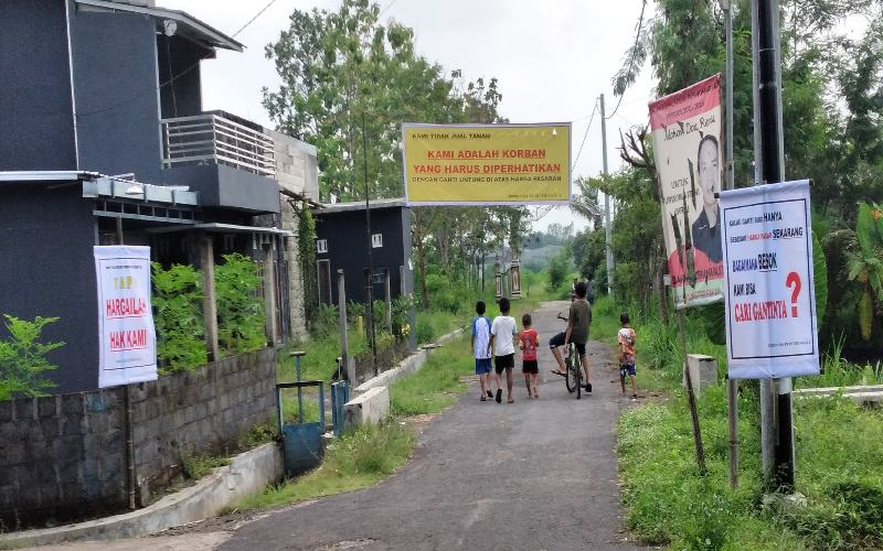 Warga Temanggal 1 Purwomartani Kalasan memasang spanduk meminta pemerintah memerhatikan nasib korban pembangunan jalan tol dengan memberikan ganti kerugian yang sepadan, Kamis (10/12/2020). - JIBI/ Abdul Hamid Razak