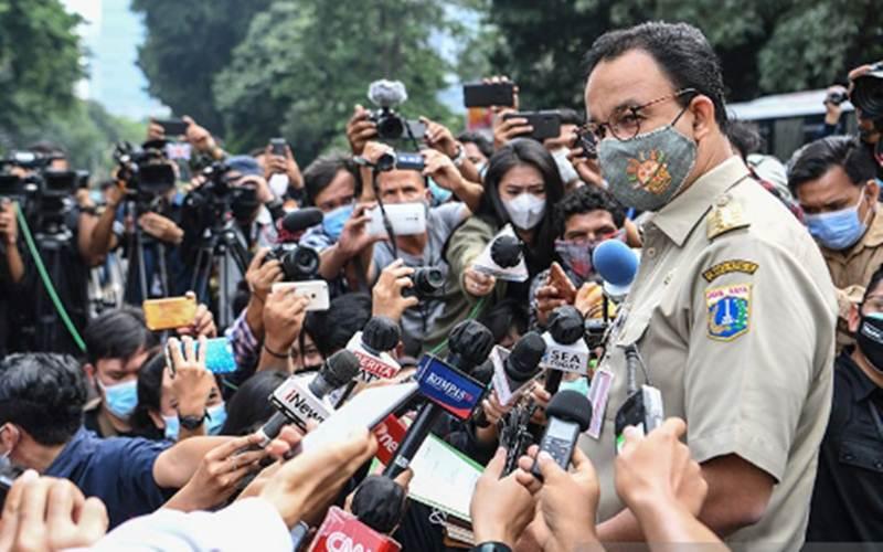 Gubernur DKI Jakarta Anies Baswedan memberikan keterangan kepada wartawan saat tiba di Mapolda Metro Jaya, Jakarta, Selasa (17/11/2020).  - Antara/Hafidz Mubarak A.