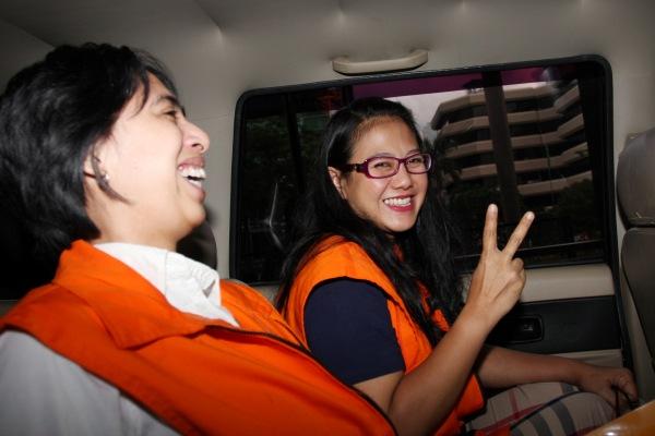 Anggota Komisi V DPR Damayanti Wisnu Putranti (kanan) dan sekretaris pribadi mantan anggota Komisi VII DPR Dewie Yasin Limpo, Rinelda Bandaso (kiri) berada dalam mobil tahanan yang sama seusai menjalani pemeriksaan di Jakarta, Jumat (22/1/2016). - Antara/Reno Esnir