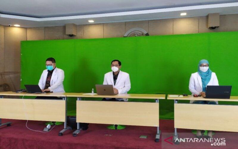 Dekan Fakultas Kedokteran se-Jawa Timur saat membuat pernyataan sikap menghadapi COVID-19 secara virtual, Sabtu (9/1/2021). - Antara/Willy Irawan