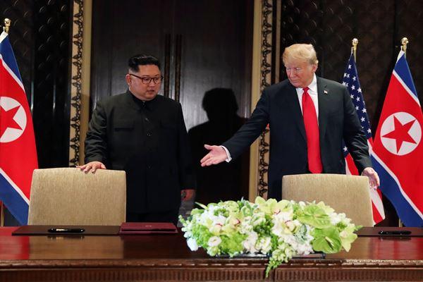 Presiden AS Donald Trump dan Pemimpin Korea Utara Kim Jong-un di Hotel Capella, Pulau Sentosa, Singapura, 12 Juni 2018. - Reuters