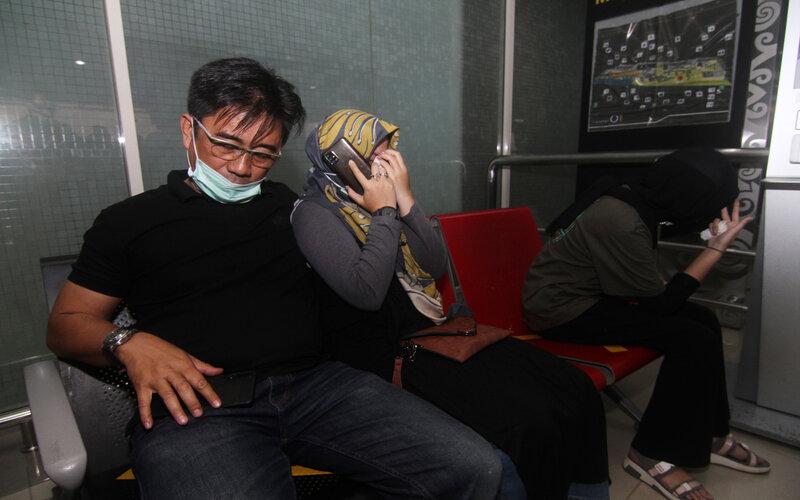Tiga warga Pontianak yang merupakan kerabat dari salah satu penumpang pesawat Sriwijaya Air menangis di ruang tunggu Terminal Kedatangan Bandara Supadio, Kabupaten Kubu Raya, Kalimantan Barat, Sabtu (9/1/2021). Basarnas Pontianak menyatakan pihaknya telah menyiapkan crisis center dan posko informasi di Bandara Supadio untuk keluarga dari penumpang pesawat Sriwijaya Air SJY 182 rute Jakarta-Pontianak yang hingga kini masih hilang kontak. - Antara/Jessica Helena Wuysang.