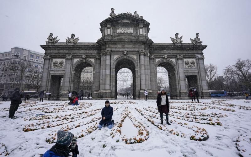 Hujan salju di depan monumen Puerta de Alcala di Madrid, Spanyol. - Bloomberg