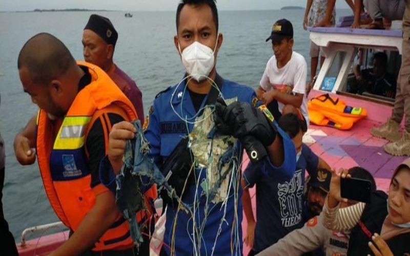 Tim dari Dinas Pemadam Kebakaran DKI Jakarta menemukan serpihan pesawat di lokasi pesawat Sriwijaya Air SJ-182 hilang. - Twitter @jakfire