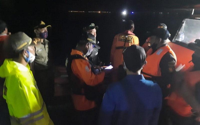 Petugas gabungan Pemerintah Kabupaten Kepulauan Seribu membantu upaya pencarian pesawat Sriwijaya Air SJ -182 yang hilang kontak di perairan Kepulauan Seribu, Sabtu (9/1/2021). - ANTARA
