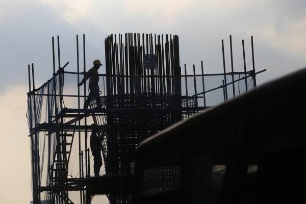 Pekerja menyelesaikan pembangunan fly over di kawasan Pancoran, Jakarta, Selasa (6/6). - JIBI/Nurul Hidayat
