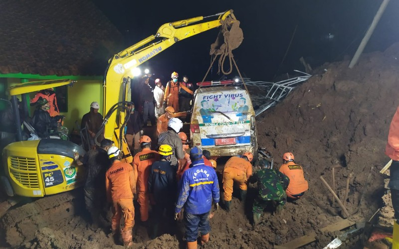 Proses pencarian korban longsor di Desa Cihanjuang, Kecamatan Cimanggung, Kabupaten Sumedang.