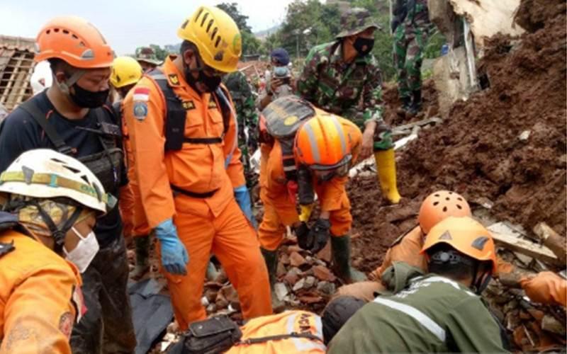 Tim SAR saat melakukan pencarian korban longsor di Kecamatan Cimanggung, Kabupaten Sumedang, Minggu (10/1/2021). - Antara/HO/Kantor SAR Bandung