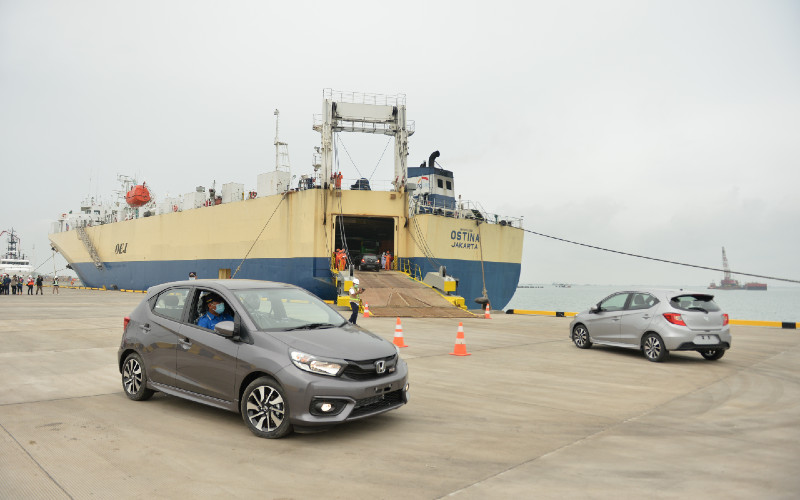 Pekerja melakukan bongkar muat sejumlah kendaraan bermotor ke dalam kapal MV Ostina saat Menteri Perhubungan Budi Karya Sumadi mengecek kesiapan operasional Pelabuhan Patimban di Subang, Jawa Barat, Kamis (3/12/2020).  - ANTARA