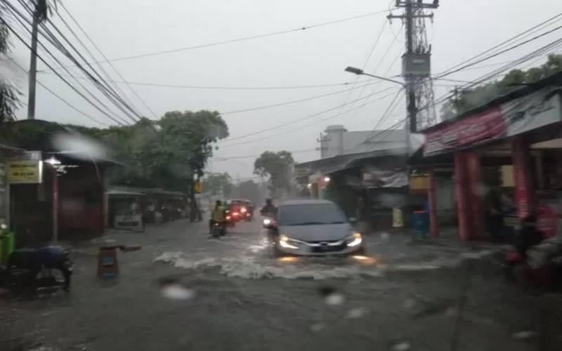 Jalan Pandugo, Rungut, Kota Surabaya, Jawa Timur, terendam banjir akibat hujan deras yang terjadi sejak Sabtu (5/12/2020) siang hingga sore. - Antara