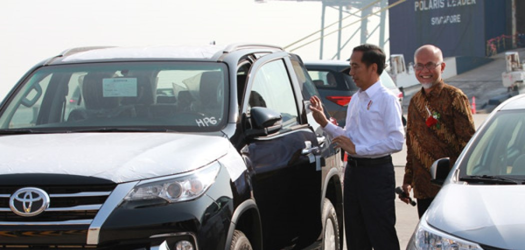 Ilustrasi - Presiden Joko Widodo, dan Presiden Director PT Toyota Motor Manufacturing Indonesia (TMMIN) Warih Andang Cahyono pada acara peluncurkan ekspor mobil Toyota di Jakarta.  - TMMIN