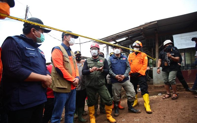 Gubernur Jawa Barat Ridwan Kamil (ketiga kiri) meninjau lokasi tanah longsor di Desa Cihanjuang, Kecamatan Cimanggung, Kabupaten Sumedang