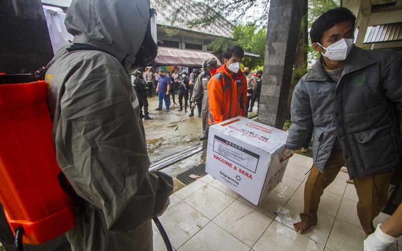 Petugas melakukan bongkar muat vaksin Covid-19 Sinovac saat tiba di Instalasi Gudang Farmasi dan Perlengkapan Kesehatan Kalsel, Banjarbaru, Kalimantan Selatan, Selasa (5/1/2021). Sebanyak 25.000 dosis vaksin Covid-19 Sinovac tahap pertama tiba di Banjarbaru, untuk selanjutnya disimpan di ruang pendingin atau cold room sebelum didistribusikan ke tingkat Kabupaten/Kota. - Antara/Bayu Pratama S.