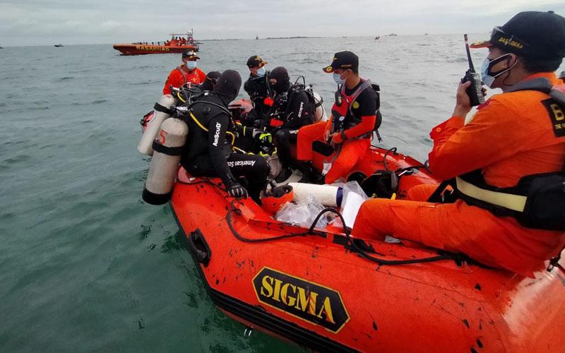 Proses pencarian pesawat Sriwijaya Air SJ182 di Kepulauan Seribu, Jakarta, pada Minggu (10/1/2021). - Twitter@KANSAR_JKT