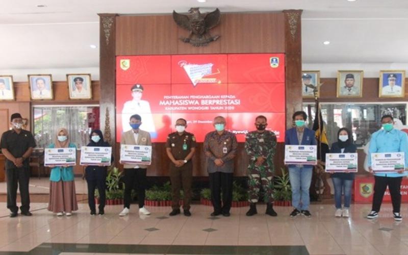 Pemerintah Kabupaten Wonogiri menggandeng Bank Jateng Kantor Cabang Wonogiri untuk menyalurkan beasiswa kepada 600 mahasiswa berprestasi.