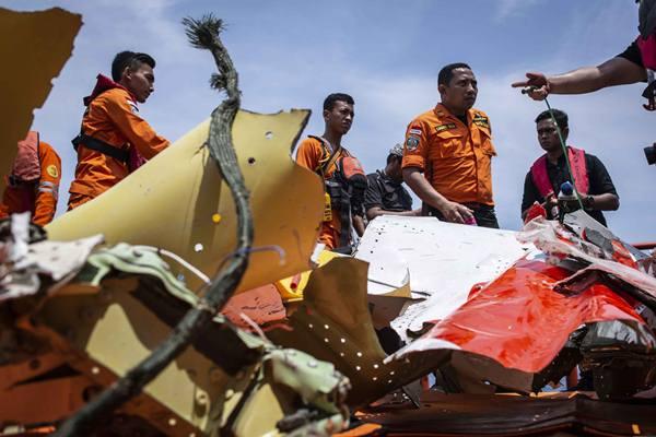 Petugas Basarnas mengevakuasi puing-puing pesawat Lion Air bernomor registrasi PK-LQP dengan nomor penerbangan JT 610 ke Kapal KN Sar Sadewa, di perairan Tanjung Karawang, Jawa Barat, Sabtu (3/11). - Antara