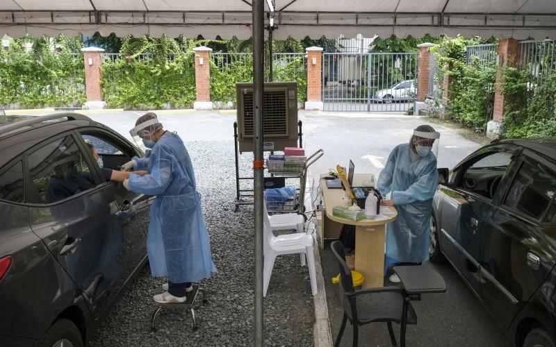 Petugas kesehatan mengambil sampel darah di pusat tes Covid-19 di Metro Manila, 8 Juli 2020 - Bloomberg\n