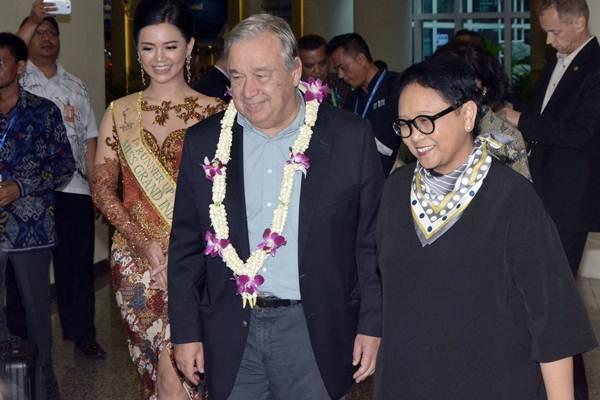 Sekretaris Jenderal PBB Antonio Guterres (kedua kanan) disambut Menteri Luar Negeri Retno Marsudi (kanan) saat tiba di Bandara Internasional I Gusti Ngurah Rai, Bali, Rabu (10/10/2018). - ANTARA/Fikri Yusuf
