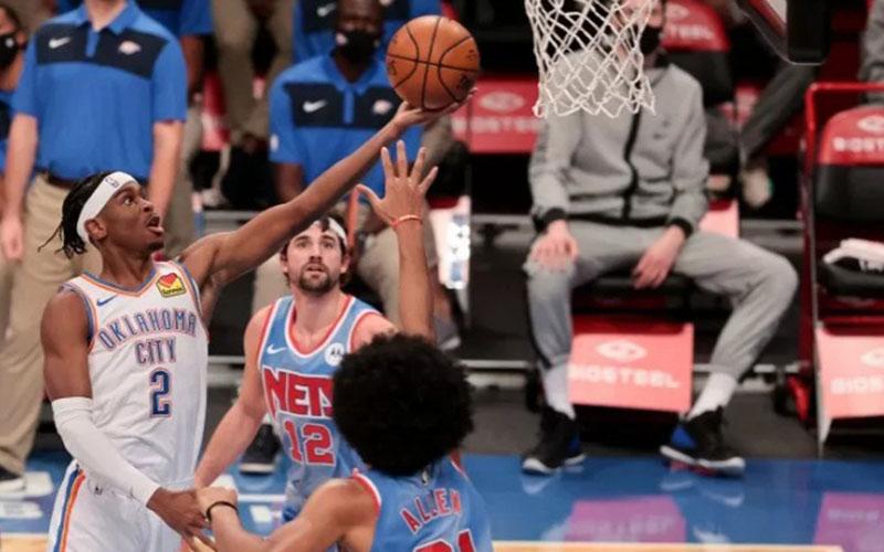 Guard Oklahoma City Thunder Shai Gilgeous-Alexander (2) saat hendak memasukkan layup yang berusaha diblok center Brooklyn Nets Jarrett Allen (31)./Antara - Reuters