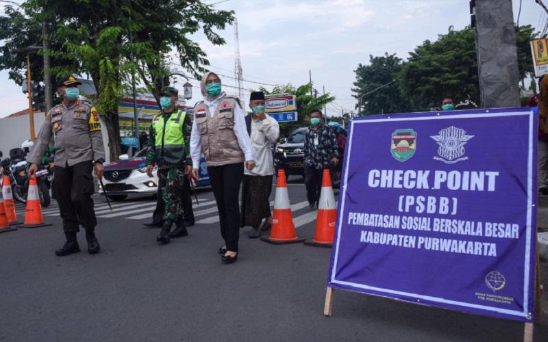Bupati Purwakarta Anne Ratna Mustika mengecek pelaksanaan PSBB di wilayahnya pada tahun lalu - Istimewa